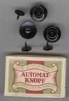 12  Automatknopen in een doosje (vrijgezellenknopen) € 0,50 15 mm