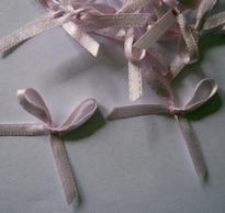 4  zacht lila strikjes 3 mm